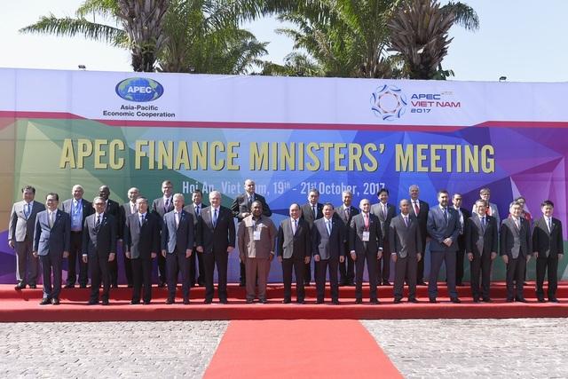 Thủ tướng Nguyễn Xuân Phúc chụp ảnh cùng các đại biểu về dự Hội nghị Bộ trưởng Tài chính APEC 2017 tại Hội An từ ngày 19-21/10.