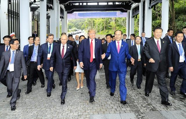 Các nhà lãnh đạo trên đường ra chụp ảnh chung (Ảnh: Ban tổ chức APEC Việt Nam 2017)