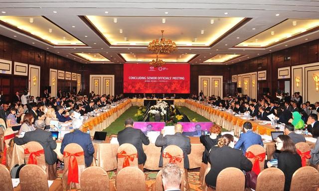 Hội nghị tổng kết của các quan chức cấp cao APEC (CSOM) được tổ chức tại Đà Nẵng ngày 6/11 dưới sự chủ trì của Thứ trưởng Bộ Ngoại giao Bùi Thanh Sơn. Đây là sự kiện mở màn cho Tuần lễ cấp cao APEC do Việt Nam đăng cai.