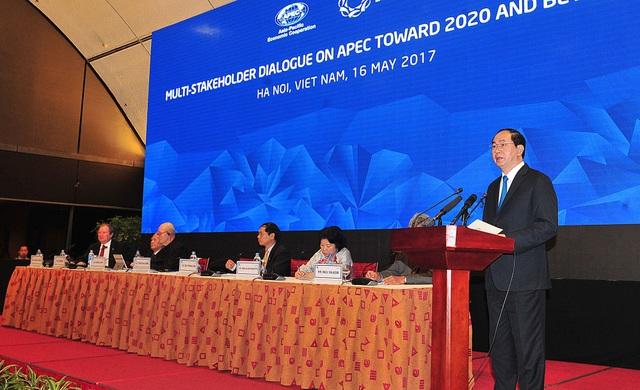Chủ tịch nước Trần Đại Quang dự và phát biểu ý kiến tại Đối thoại nhiều bên về APEC hướng tới năm 2020 và tương lai tại Hà Nội vào ngày 16/5.