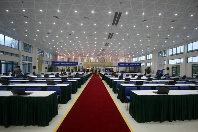 Tại khu vực tác nghiệp cho các nhà báo và các hãng thông tấn trên thế giới theo dõi sự kiện APEC 2017, từ sáng 5/11 đã được trang bị hệ thống hạ tầng kỹ thuật đầy đủ. Tại đây, các phóng viên được hỗ trợ cả máy tính xách tay để tác nghiệp.