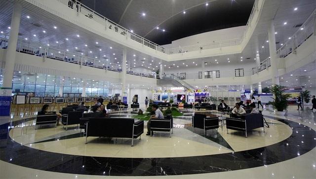 Tại sảnh Trung tâm báo chí hiện tại đã có rất đông các nhà báo đến từ nhiều hãng thông tấn trên thế giới và Việt Nam.