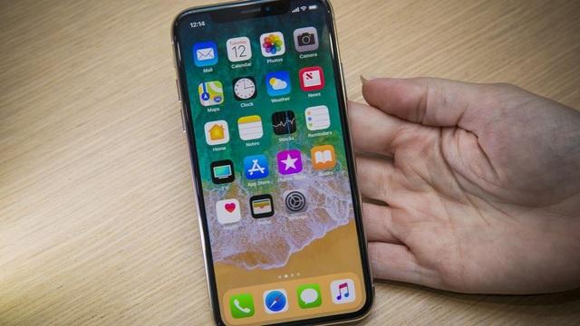 Apple sử dụng công nghệ màn hình OLED áp dụng cho thiết bị cao cấp nhất của hãng. Màn hình có kích thước 5,8 inch, sở hữu viền siêu mỏng và mật độ điểm ảnh đạt 458 ppi.