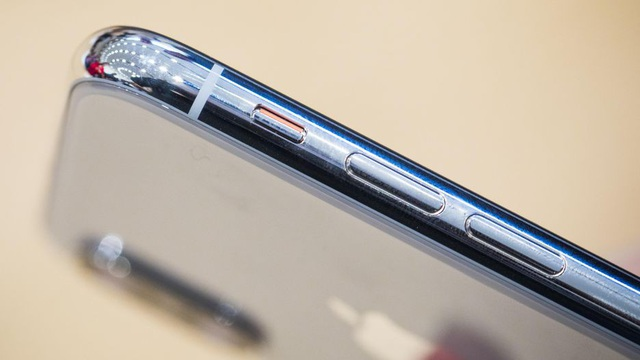 Ngoài ra, iPhone X dày 7,7 mm, bao bọc bởi khung thép không gỉ. Các vị trí phím bấm tương tự thế hệ trước đó.