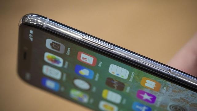 Nút nguồn được thiết kế lớn hơn so với các sản phẩm iPhone gần đây.