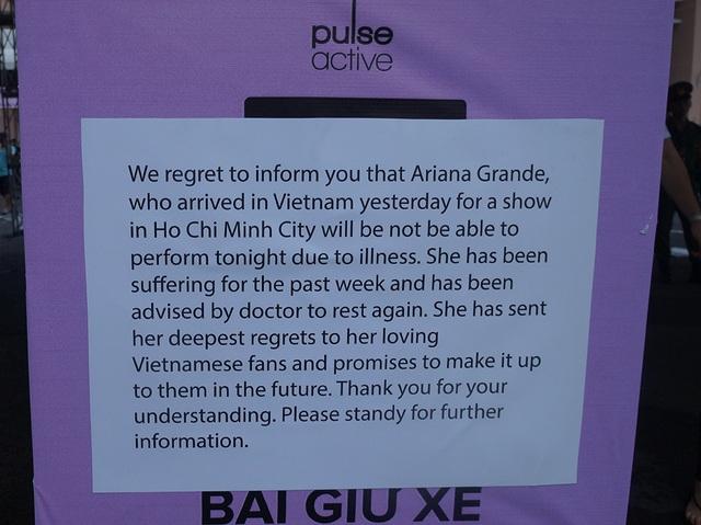 Trong bảng thông báo cho biết Ariana hủy show do tình hình sức khỏe