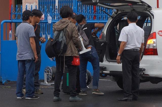 Một số máy móc, thiết bị cũng được thu dọn lên... taxi
