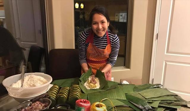 Người Việt tại Mỹ gói bánh chưng để đón Tết.