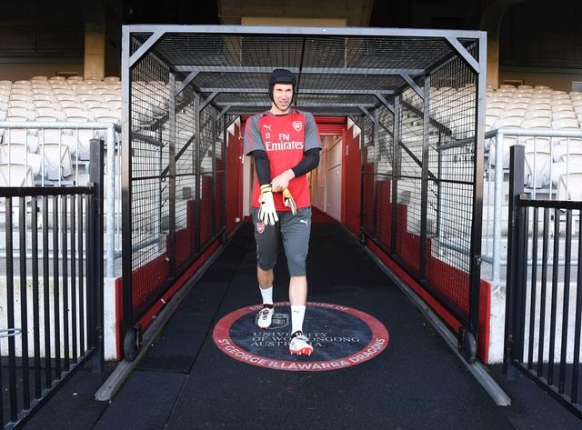 Thủ thành Petr Cech ra sân chuẩn bị buổi tập cùng các đồng đội