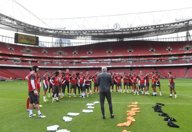 Wenger tập trung các học trò lại để nhắc nhở trước khi Arsenal bắt đầu tập luyện vào buổi tập cuối trước trận tranh Siêu cúp Anh