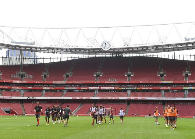 Các cầu thủ Arsenal chia đội hình làm ba nhóm khởi động