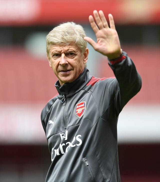 Chiến lược gia người Pháp vẫy chào khán giả tới theo dõi buổi tập. Mùa giải vừa qua, Wenger bị nhiều cổ động viên của Pháo thủ la ó, muốn ông rời khỏi đội bóng thành London, tuy nhiên Wenger vẫn ký hợp đồng hai năm với đội chủ sân Emirates