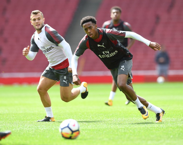 Cầu thủ trẻ Joseph Willock (phải) nỗ lực tranh bóng. Wenger đã cho một vài cầu thủ lên tập luyện cùng đội bóng trước trận đấu Siêu cúp Anh