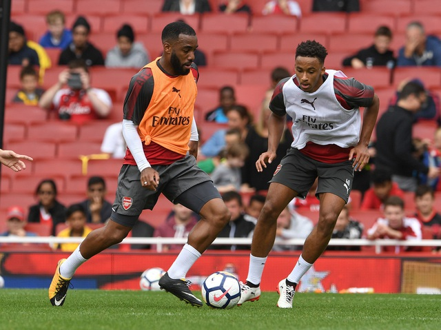 Tân bbinh Lacazette đi bóng trước một cầu thủ đàn em. Tuyển thủ Pháp đang được đặt rất nhiều kỳ vọng sẽ cải thiện khả năng ghi bàn cho Arsenal