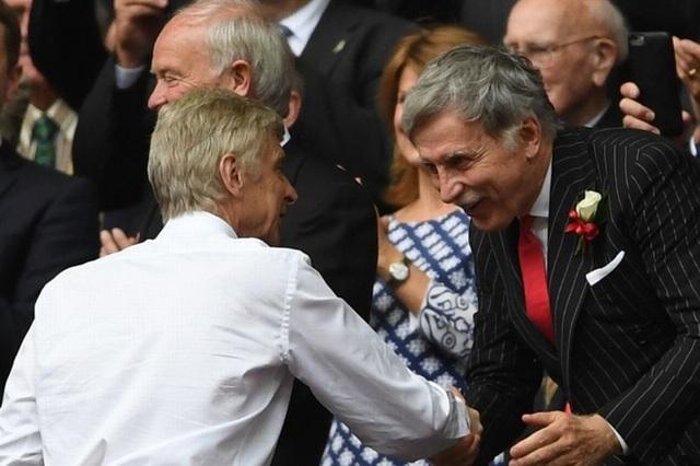Wenger (trái) và Stan Kroenke (phải) trên khán đài Wembley vào tháng 5 vừa qua khi Arsenal vô địch FA Cup