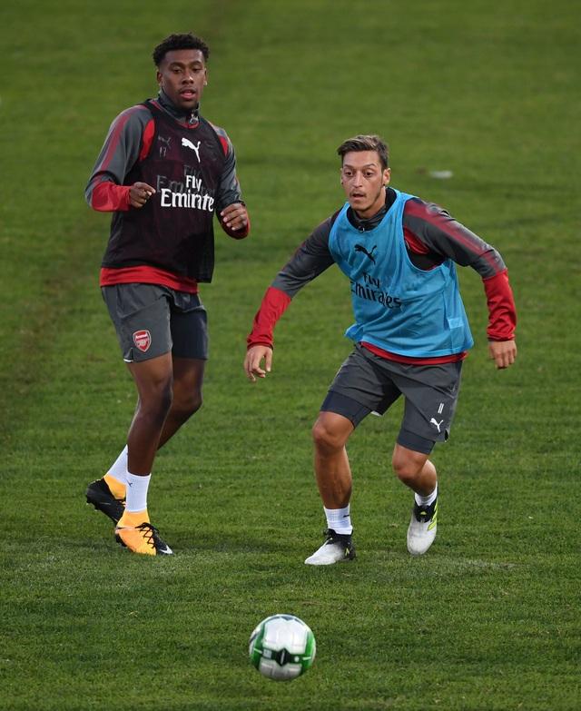 Ozil (phải) cũng đang dính tin đồn ra đi nhưng anh vẫn có tên trong chuyến du đấu của Arsenal Hè năm nay