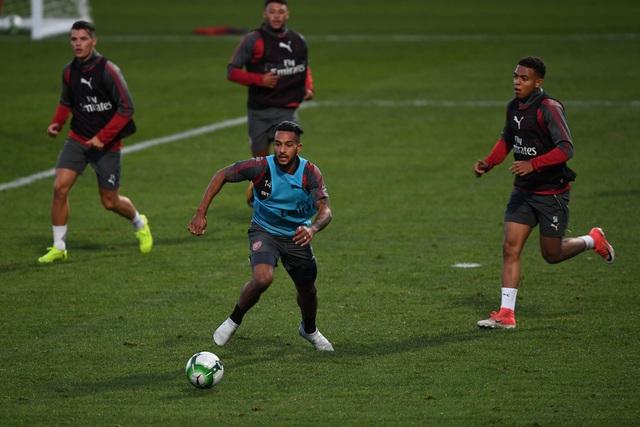 Theo Walcott trên sân tập cùng các đồng đội. Tương lai của Walcott tại Arsenal cũng không chắc chắn khi hàng công của Arsenal hiện đang có nhiều biến động