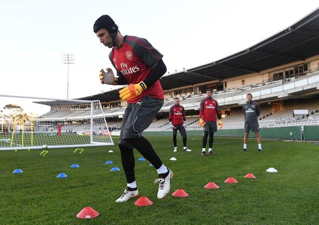 Cech khởi động trên sân tập. Ở tuổi 35, Cech sẽ vẫn thủ thành số một của Arsenal ở mùa giải năm nay
