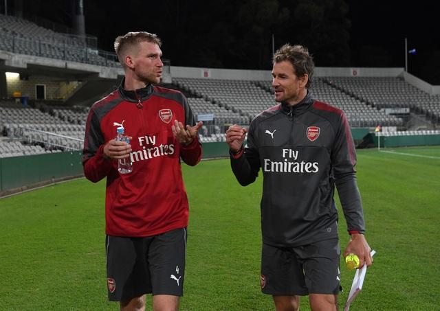 Đội trưởng Metersacker (trái) đã trở lại thi đấu sau gần 1 năm nghỉ dưỡng thương. Thời gian thi đấu của hậu vệ người Đức không dài, anh sẽ giải nghệ vào hè năm sau. Như vậy, đây sẽ là mùa giải cuối cùng của Metersacker trong tư cách cầu thủ. Tuy nhiên, anh vẫn sẽ gắn bó với Arsenal, ngay sau khi giải nghệ Metersacker sẽ chuyển sang làm công tác đào tạo trẻ