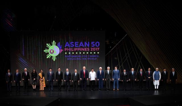 Lãnh đạo 10 nước thành viên ASEAN và các đối tác gồm Tổng thống Mỹ Donald Trump, Thủ tướng Trung Quốc Lý Khắc Cường, Thủ tướng Nga Dmitry Medvedev, Thủ tướng Canada Justin Trudeau, Thủ tướng Nhật Bản Shinzo Abe, Thủ tướng New Zealand Jacinda Ardern, Thủ tướng Ấn Độ Narendra Modi, Thủ tướng Australia Malcolm Turnbull, Tổng thống Hàn Quốc Moon Jae-in và Tổng thư ký Liên Hợp Quốc Antonio Gutierres chụp ảnh chung tại lễ khai mạc Hội nghị cấp cao ASEAN ở Trung tâm Văn hóa Philippines ngày 13/11.