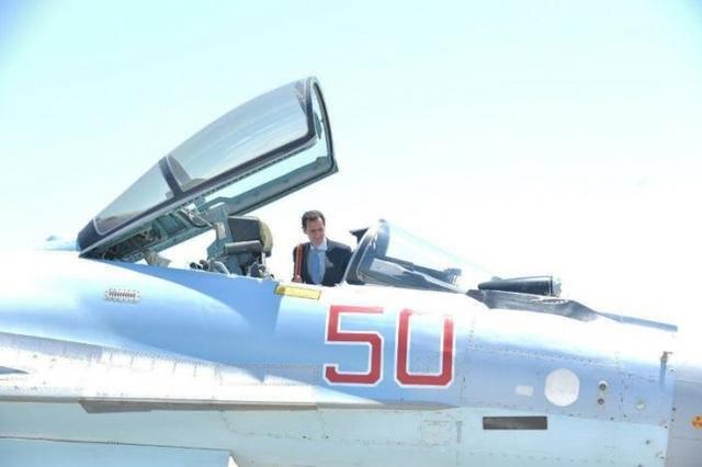 Tổng thống Assad ngồi vào buồng lái của máy bay chiến đấu Su-35 của Nga (Ảnh: Reuters)