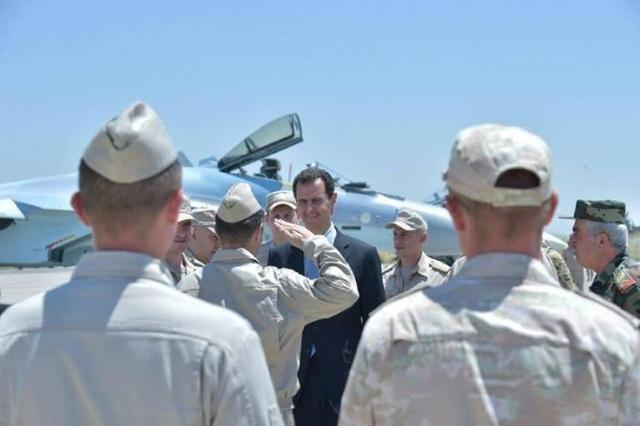 Tổng thống Assad tới thăm căn cứ Hmeymim ngày 27/6 (Ảnh: Reuters)