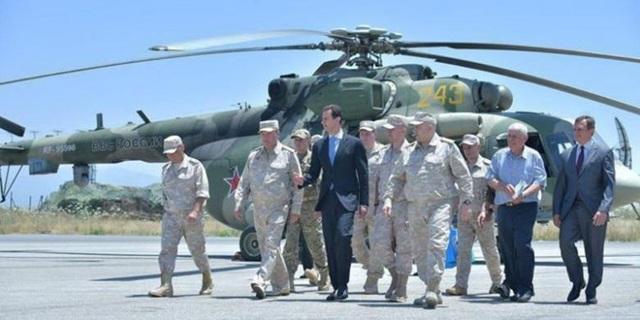 Các quan chức quân sự Nga đi cùng Tổng thống Assad tại căn cứ Hmeymim (Ảnh: Reuters)