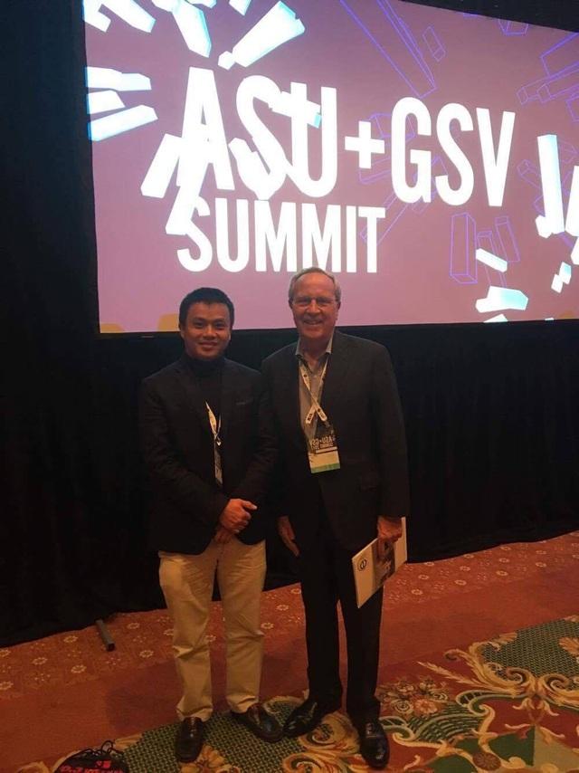 Ông Michael Moe - Trưởng Ban Tổ chức và ông Phạm Minh Tuấn - Tổng Giám đốc Tổ hợp Công nghệ Giáo dục Topica.
