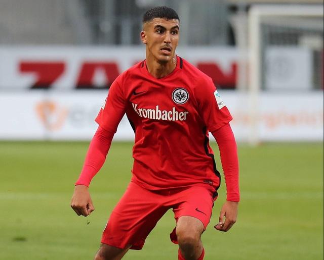 Dù thi đấu ở vị trí tiền vệ nhưng Aymen Barkok đã đóng góp 2 bàn thắng sau 5 lần ra sân cho Eintracht Frankfurt trong năm 2016. Thực tế ấy hứa hẹn tài năng trẻ người Đức sẽ phát triển hơn nữa trong tương lai.