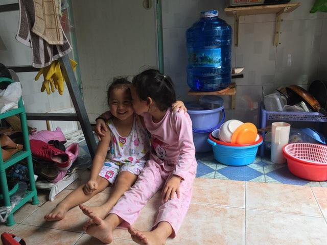 Những ngày hè, chị gái của bé Thục Đoan cũng từ quê vào để động viên em chữa bệnh và chơi với em