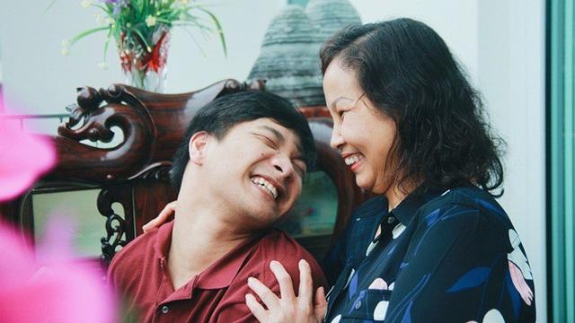 Nụ cười hạnh phúc trong cuộc sống của nhạc sĩ Thiên Ngôn và mẹ