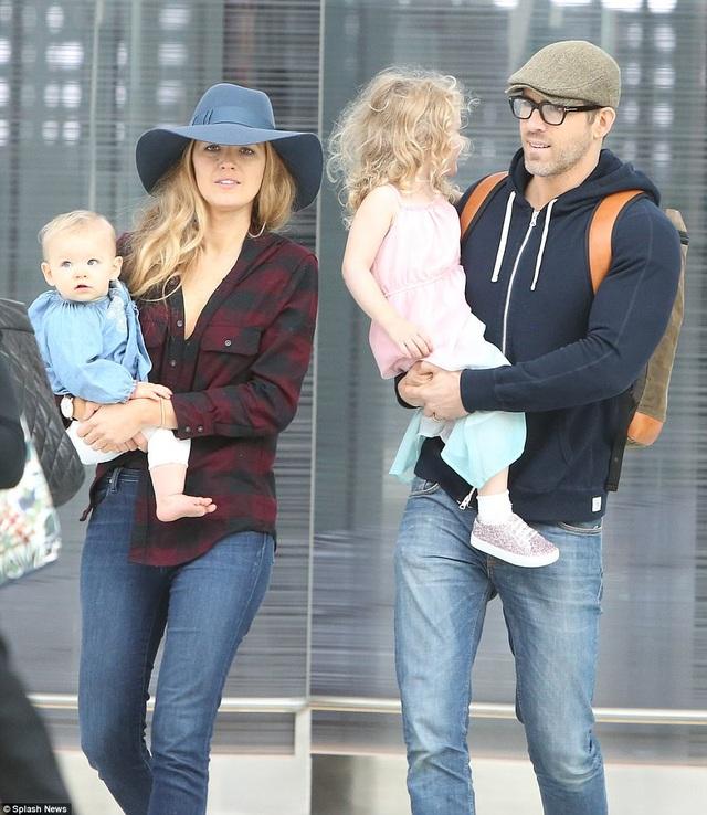 Vợ chồng Ryan Reynolds và Blake Lively xuất hiện tại sân bay Toronto ngày 28/8 vừa qua