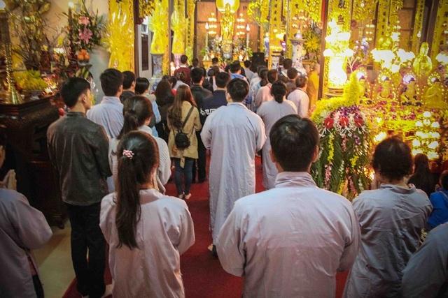 Nhiều người dân Huế tranh thủ đi lễ chùa vào Giao thừa năm mới cầu may mắn, hạnh phúc