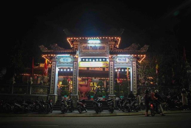 Chùa Thiên Minh (đường Điện Biên Phủ, TP Huế) tấp nập người dân đến đi lễ trong đêm Giao thừa