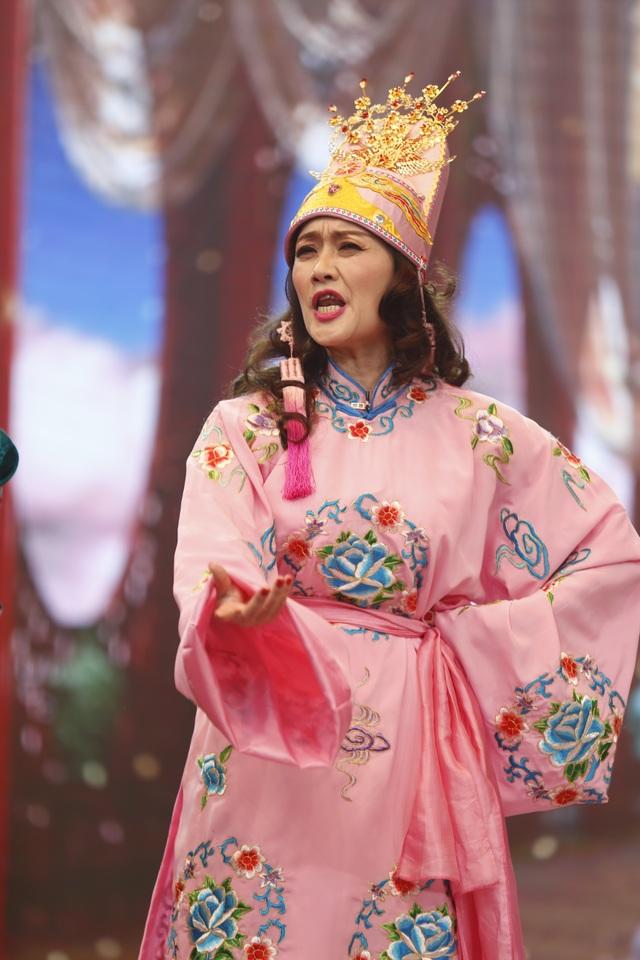 Năm nay, Tự Long có nhiều đất diễn để phô diễn các khả năng ca hát và làm trò của mình. Trong khi đó, Vân Dung gây ấn tượng với bộ trang phục mới hết sức mỹ miều.