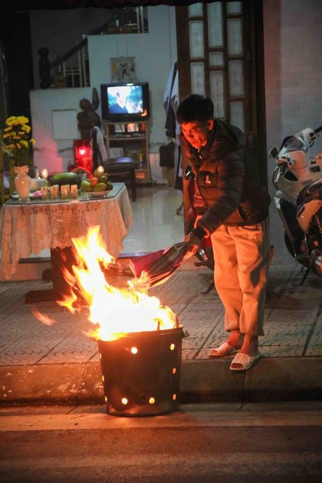 Ngoài các con đường gần chùa nhiều người dân cũng đang bắt đầu đốt giấy tiền vàng mã sau lễ cúng Giao thừa 0h năm mới
