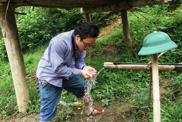 Nước uống được lấy từ rừng núi qua cây nứa.