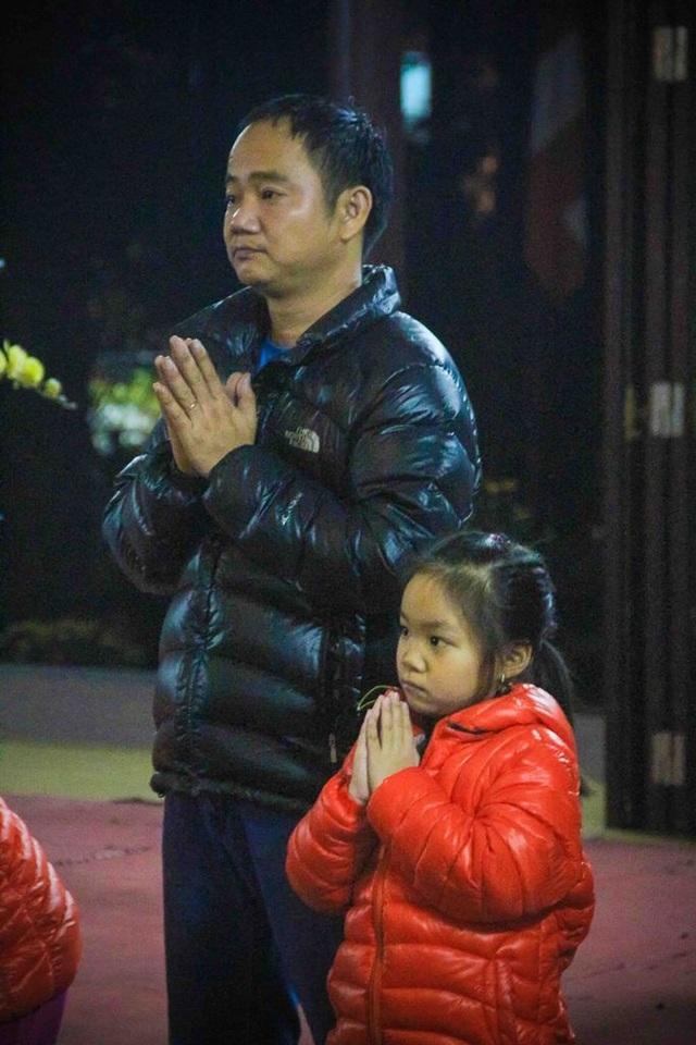 Cha và con gái cùng nhau cầu nguyện những điều tốt đẹp trong năm mới.