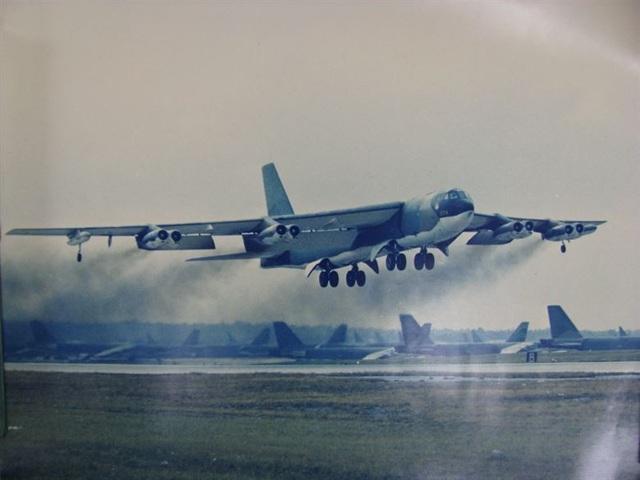 Một chiếc B-52 cất cánh từ căn cứ không quân Andersen ở Guam để tham gia chiến dịch Điện Biên Phủ trên không. (Ảnh: Không quân Mỹ)