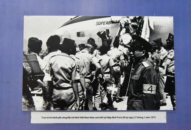 Hình ảnh trao trả tù binh là phi công Mỹ theo cam kết tại Hiệp định Paris ký ngày 27 tháng 1 năm 1973.
