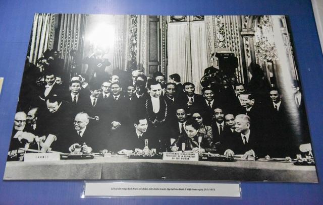 Hình ảnh lễ ký hiệp kết Hiệp định Paris về chấm dứt chiến tranh, lập lại hoà bình ở Việt Nam ngày 27/1/1973. Triển lãm Đánh thắng B52 sẽ mở cửa đến hết tháng 1/2018.