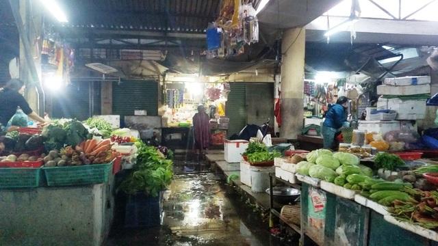 Nhiều khu chợ dọn ra nhưng vắng lặng