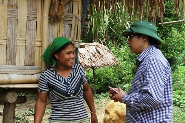 PV Dân trí gặp gỡ bà con tại khu C5 - nơi có lán của Vi Văn Hai sinh sống.