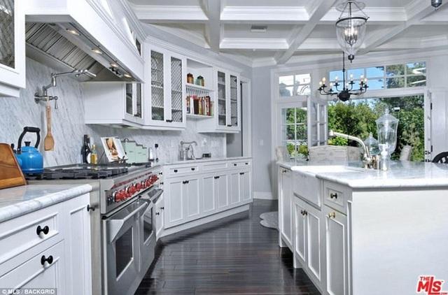 Phòng bếp màu trắng thanh lịch