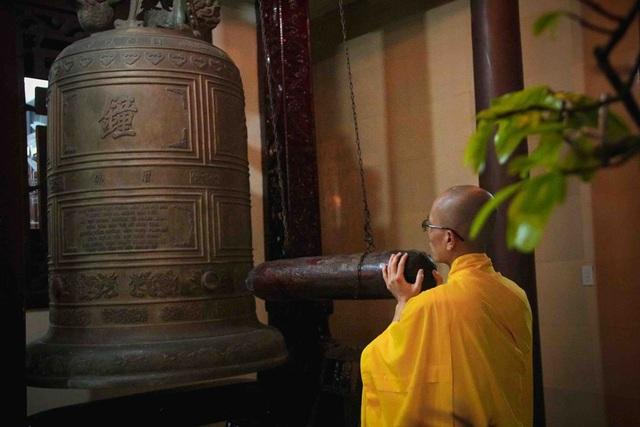Đúng 0 giờ, tất cả các chùa ở thành phố Huế đồng loạt rung chuông đón Giao thừa với âm thanh mượt mà, vang vọng mà trong vắt