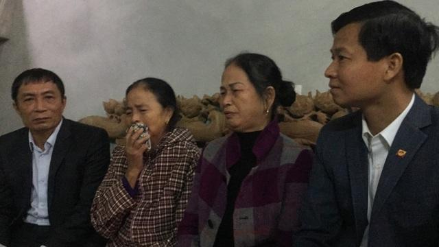 Bà Nguyễn Thị N thứ 2 từ phải sang (bà nội cháu Vũ Đình Cò)