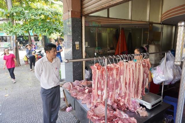 Phó Chủ tịch quận Tân Bình trao đổi với hộ kinh doanh gần chợ Tân Trụ