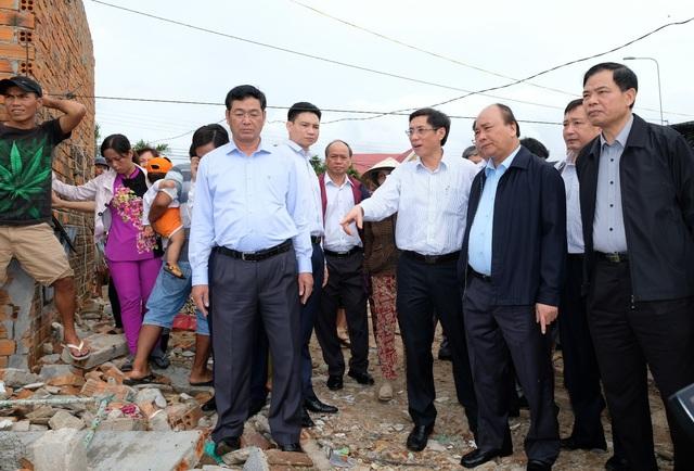 Thủ tướng Nguyễn Xuân Phúc thăm hỏi bà con ven biển tỉnh Khánh Hòa bị ảnh hưởng bởi bão số 12, sáng 30/11 (Ảnh: VGP)