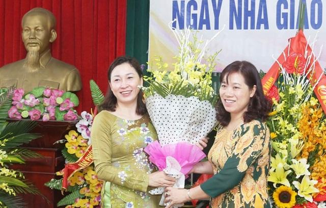 Bà Đinh Thị Lụa, Giám đốc Sở Giáo dục và Đào tạo tỉnh Hà Nam (bên trái) - một trong những cá nhân được được bình chọn NGƯT. (ảnh: báo Hà Nam)
