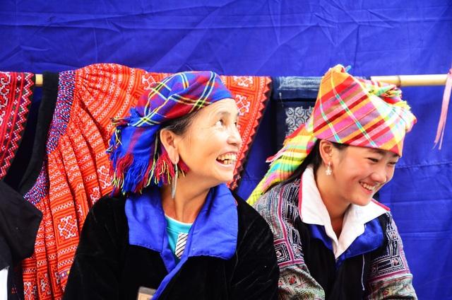 Bà Hờ Thị Chứ - nghệ nhân làm trang phục truyền thống của người dân tộc Mông ở Mù Cang Chải cũng xuống Hà Nội để trò chuyện và hướng dẫn cho mọi người cách vẽ sáp ong lên vải.